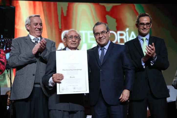 Ceremonia de Condecoración de la Orden de  Palmas Magisteriales 2016 en grado de Amauta al profesor Máximo Vega-Centeno