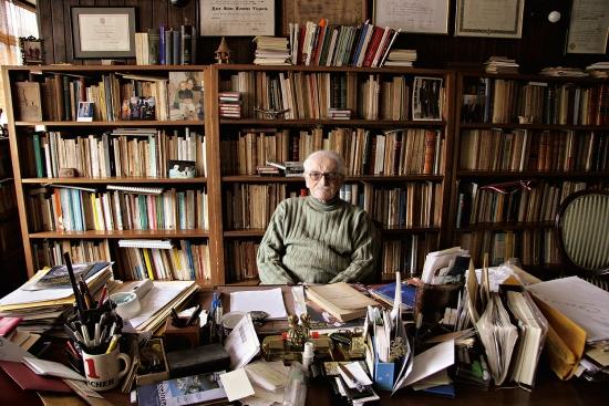 Luis Jaime en la biblioteca de su casa.